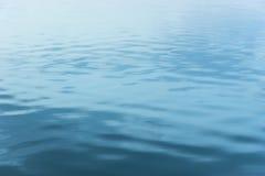 Ondinhas nocturnas macias da água Fotos de Stock Royalty Free