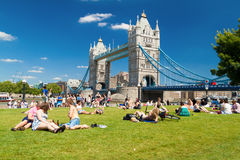 Ondoners and tourists near Tower Bridge Stock Photos
