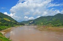 Ondoorzichtig water van de rivier in de plattelandswinter royalty-vrije stock fotografie