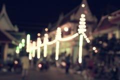 Onduidelijk beeld Bokeh van festlicht bij tempel in Thailand - straat bokeh Royalty-vrije Stock Afbeelding
