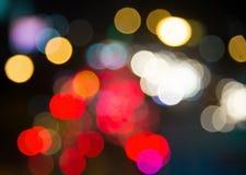 Onduidelijk beeld bokeh verkeerslicht in stedelijk bij nachtscène Royalty-vrije Stock Foto's