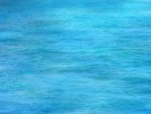 Onduidelijk beeld heldere blauwe overzeese oppervlakte met rimpelingen en schaduwen op ondiep gebied Stock Foto