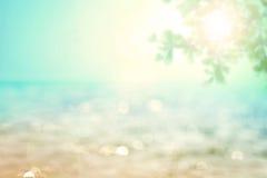 Onduidelijk beeld mooi glanzend fonkelend tropisch blauw overzees strand, Fr Stock Foto's
