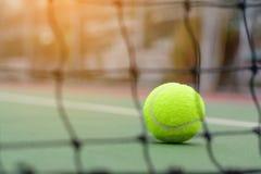 Onduidelijk beeld netto tennis op bal stock afbeelding