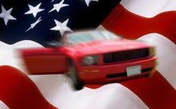 Onduidelijk beeld rode die auto op de vlag van de V.S. als achtergrond wordt gebruikt Royalty-vrije Stock Fotografie