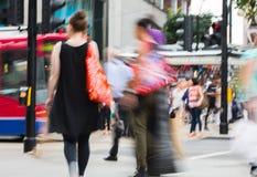 Onduidelijk beeld van het lopen in de straat van Oxford, de belangrijkste bestemming van Londoners voor het winkelen het UK Stock Afbeeldingen