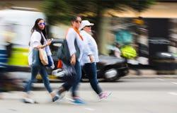 Onduidelijk beeld van het lopen in de straat van Oxford, de belangrijkste bestemming van Londoners voor het winkelen het UK Stock Foto