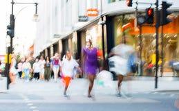 Onduidelijk beeld van het lopen in de straat van Oxford, de belangrijkste bestemming van Londoners voor het winkelen het UK Royalty-vrije Stock Afbeelding