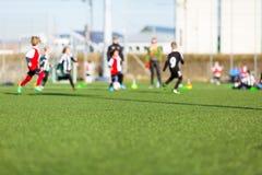 Onduidelijk beeld van jongens die voetbal spelen Royalty-vrije Stock Afbeeldingen