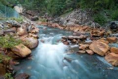 Onduidelijk beeld van water op rivier Stock Foto's