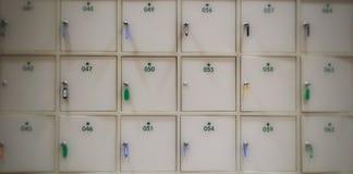Onduidelijk beeld Witte kasten met sleutels en aantal voor sparen waardedingen Royalty-vrije Stock Foto's