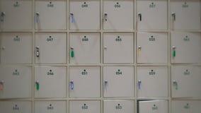 Onduidelijk beeld Witte kasten met sleutels en aantal voor sparen waardedingen Royalty-vrije Stock Foto