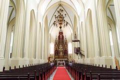 Onduidelijk beeldbeeld van binnen de kerk als achtergrond stock fotografie