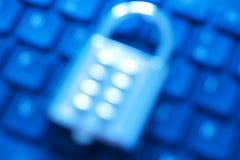 Onduidelijk beeldbeeld van het slot van het de combinatiestootkussen van het metaalaantal op een computertoetsenbord Internet en  stock foto's