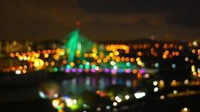 Onduidelijk beeldlengte van kabelbrug bij nacht stock videobeelden