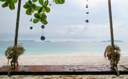Onduidelijk beeldschommeling over overzees strand Stock Fotografie
