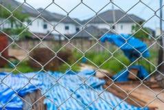 Onduidelijk beeldwoonwijk door Metaal Mesh Pattern Fence Royalty-vrije Stock Afbeeldingen