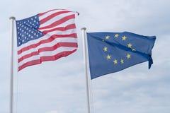 Ondulação das bandeiras do Estados Unidos e da União Europeia Imagens de Stock