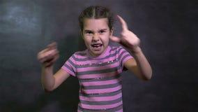 Ondulação irritada gritando adolescente do conflito da discussão da menina vídeos de arquivo