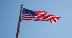 Ondulação lenta da bandeira americana com enrugamentos visíveis Feche acima da bandeira do Estados Unidos os EUA, midle disparara filme