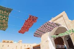 Ondulação na tela do céu Materiais de matéria têxtil de seda coloridos que vibram contra o céu azul Festão de brilhante colorida fotografia de stock royalty free