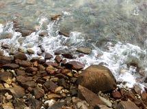 Ondulación de la playa de la roca Imagen de archivo libre de regalías