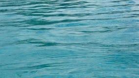 Ondulación del agua azul para un fondo almacen de metraje de vídeo