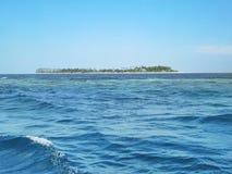 Ondulación del mar alrededor de la isla Fotos de archivo