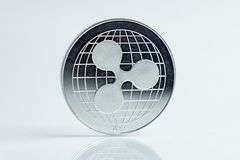 ondulación la moneda de plata de la moneda Crypto del xrp, tiro macro de la moneda de la ondulación aislado en el fondo blanco, c fotos de archivo