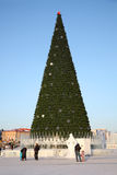 ONDULACIÓN PERMANENTE - 17 DE FEBRERO: Árbol de navidad en ciudad del hielo Imagen de archivo libre de regalías