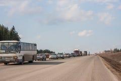 Ondulación permanente, Rusia - abril 16,2016: Tráfico en una línea del automóvil Foto de archivo