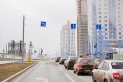 Ondulación permanente, Rusia - 16 de abril 2017: Complejo residencial con el alto-ris Imagenes de archivo