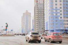 Ondulación permanente, Rusia - 16 de abril 2017: Complejo residencial con el alto-ris Fotos de archivo