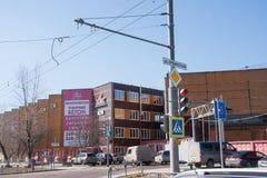 Ondulación permanente, Rusia - 16 de abril 2016: Semáforo, planta hierro-concreta Imagenes de archivo
