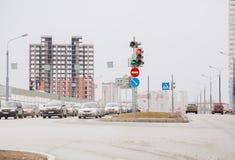 Ondulación permanente, Rusia - 16 de abril 2017: Tráfico de ciudad y construcción de Imagen de archivo