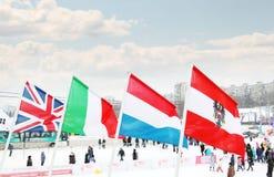 ONDULACIÓN PERMANENTE, RUSIA - 6 DE ENERO DE 2014: Banderas de países participantes Imagen de archivo