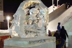 ONDULACIÓN PERMANENTE, RUSIA - 11 DE ENERO DE 2014: Escultura del esquiador en ciudad del hielo Foto de archivo libre de regalías