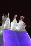 ONDULACIÓN PERMANENTE, RUSIA - 11 DE ENERO DE 2014: Escultura triple del caballo en ciudad del hielo Imagenes de archivo