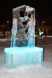 ONDULACIÓN PERMANENTE, RUSIA - 11 DE ENERO DE 2014: Figura iluminada escultura del patinador Imágenes de archivo libres de regalías