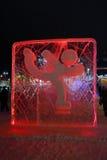 ONDULACIÓN PERMANENTE, RUSIA - 11 DE ENERO DE 2014: Figura patinador roja iluminada Foto de archivo