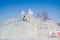 Ondulación permanente, Rusia - 28 de enero 2017: Diapositiva del juego en pequeña ciudad del hielo del ` s del Año Nuevo Fotografía de archivo libre de regalías