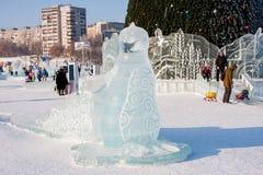 Ondulación permanente, Rusia - 28 de enero 2017: Escultura de hielo en pequeña ciudad del ` s del Año Nuevo Fotografía de archivo libre de regalías
