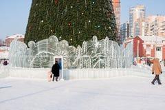 Ondulación permanente, Rusia - 28 de enero 2017: Pequeña ciudad del hielo del ` s del Año Nuevo Imagen de archivo libre de regalías