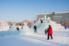Ondulación permanente, Rusia - 28 de enero 2017: Pequeña ciudad del hielo del ` s del Año Nuevo Foto de archivo libre de regalías