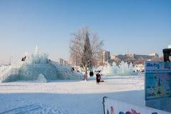 Ondulación permanente, Rusia - 28 de enero 2017: Pequeña ciudad del hielo del ` s del Año Nuevo Imagen de archivo