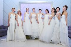 ONDULACIÓN PERMANENTE, RUSIA - 12 DE FEBRERO DE 2017: Actitud bonita de las novias de los modelos Foto de archivo libre de regalías