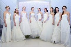 ONDULACIÓN PERMANENTE, RUSIA - 12 DE FEBRERO DE 2017: Actitud de las novias de los modelos de los jóvenes Imagen de archivo