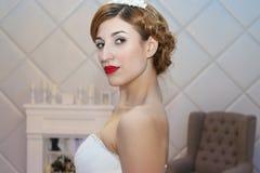 ONDULACIÓN PERMANENTE, RUSIA - 12 DE FEBRERO DE 2017: Actitudes modelo bastante jovenes de la novia en W Imagen de archivo