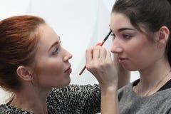 ONDULACIÓN PERMANENTE, RUSIA - 12 DE FEBRERO DE 2017: Artista de maquillaje con el lanzamiento modelo Imagen de archivo libre de regalías