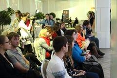 ONDULACIÓN PERMANENTE, RUSIA - 12 DE FEBRERO DE 2017: Audiencia y fotógrafos Imagen de archivo libre de regalías